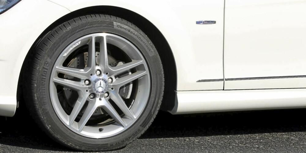 AMG-PAKKE: Litt pynt, store hjul, senket sportsunderstell og heftigere bremser hører med.