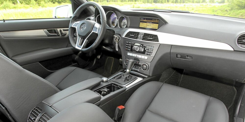 TRIVELIG: Oppgraderingen av Mercedes C-klasse gir seg utslag i et hyggeligere og penere interiør.