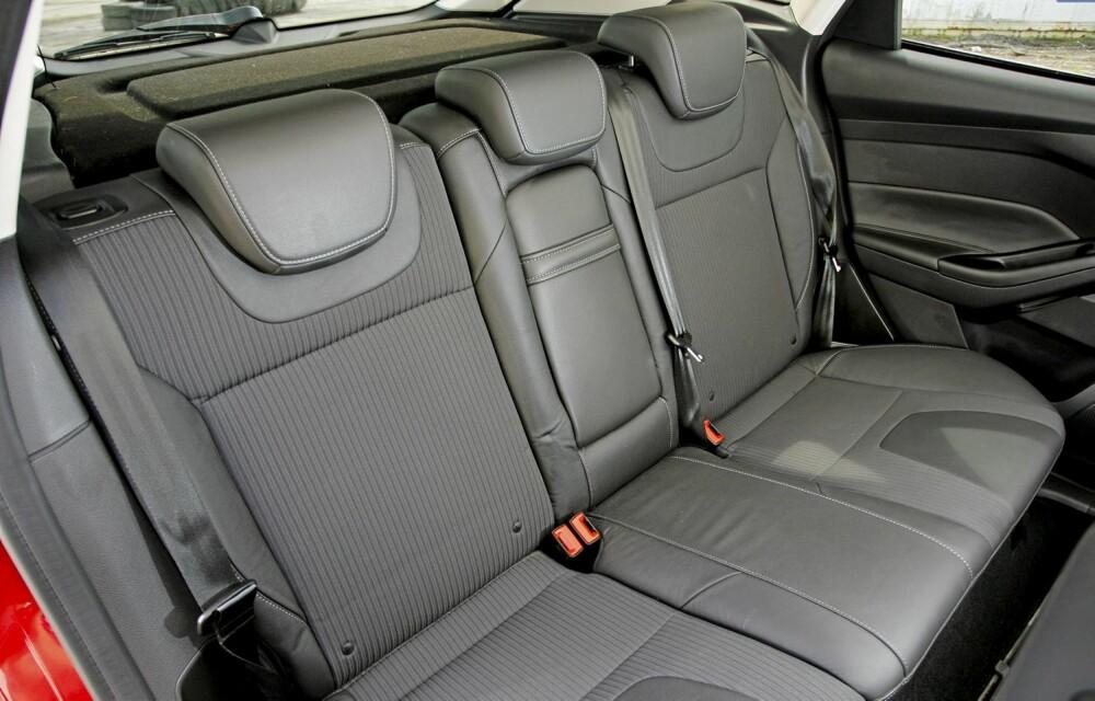 GOD PLASS: Til i kompaktklassebil å være er Focus stor, og det merkes på plassen. Voksne sitter helt ok i baksetene.