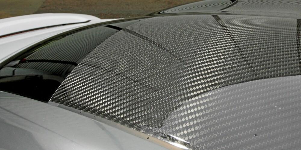 RÅTØFT: Karbontaket er ekstrautstyr, men det ser vanvittig tøft ut - spesielt på den perlemorhvite testbilen.