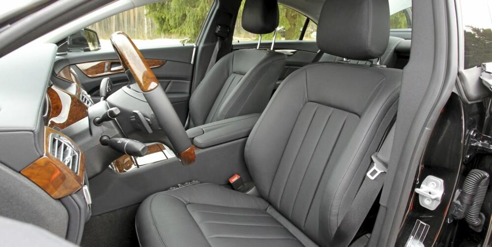 KOMFORTABELT: Setene er behagelige å sitte i over lengre tid. Multikontursetene i testbilen har blant annet justerbar sidestøtte.