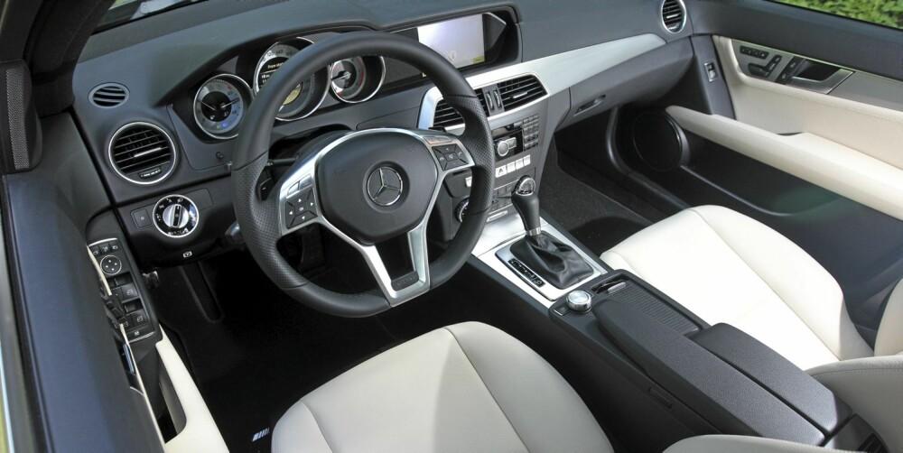 PENERE: Etter faceliften ligner dashbordet i Mercedes C-klasse mer på det en finner i storebror E-klasse. Kvalitetsfølelsen i interiøret er tung, i ordets beste forstand. FOTO: Egil Nordlien, HM Foto