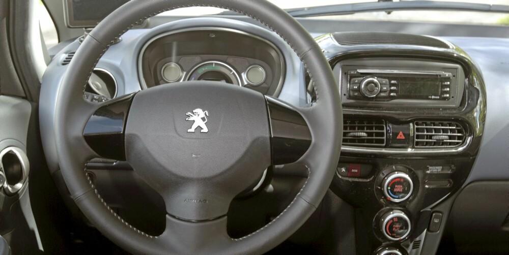 BILLIG INTERIØR: På innsiden virker iOn forholdsvis billig sammenlignet med en moderne småbil.