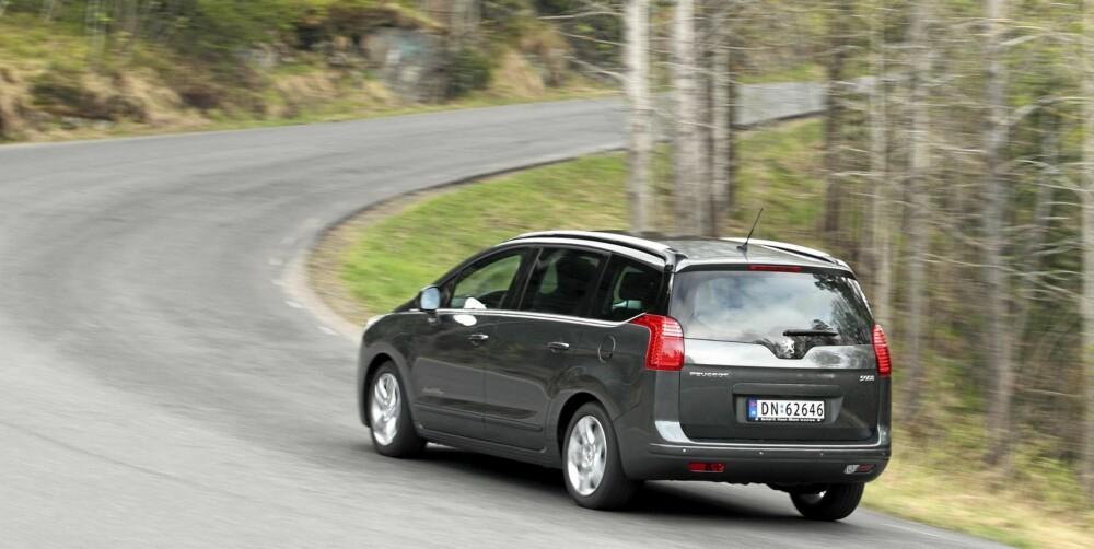 KJØRER FINT: Peugeot 5008 er en av de syv-seters familiebilene som kjører best.