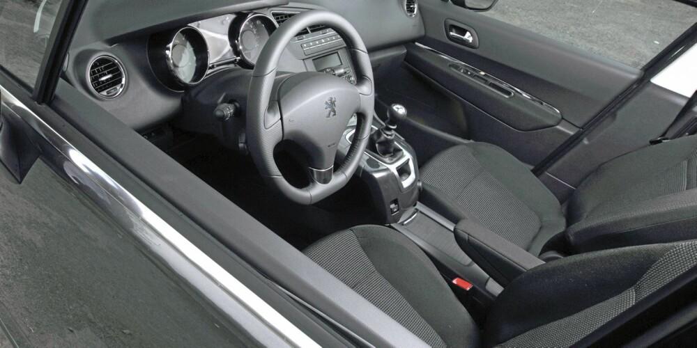 FOR VOKSNE: Førerplassen er personbilaktig i Peugeot 5008.
