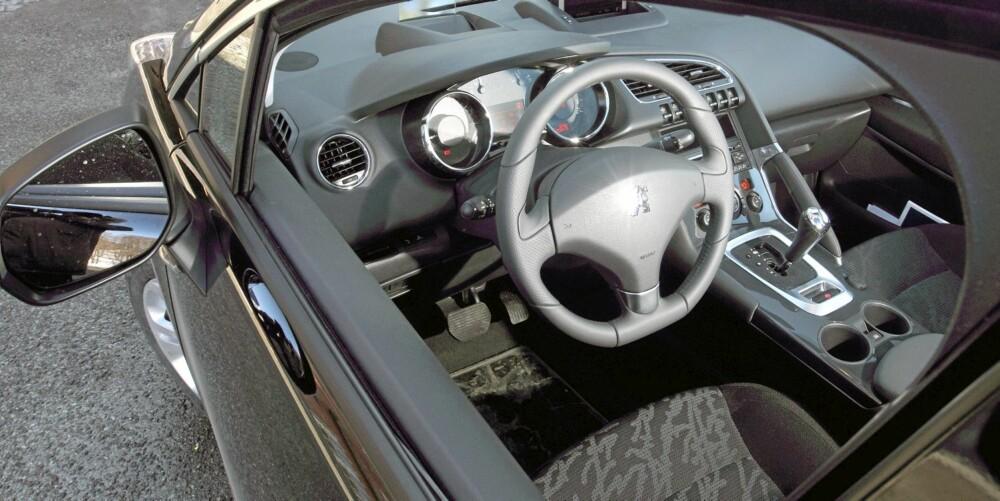 VINKLET: Midtkonsollen er vinklet mot føreren, og gir en følelse av å kjøre en sportslig bil.