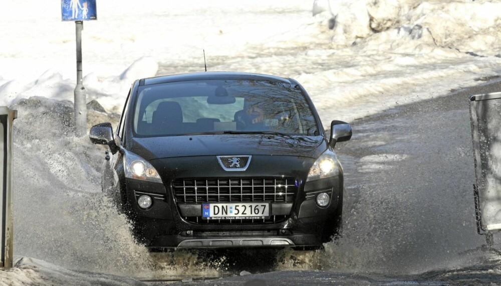 KJØRER BRA: Peugeot 3008 har gode kjøreegenskaper, og står ikke tilbake for de lavere kompaktbilene.