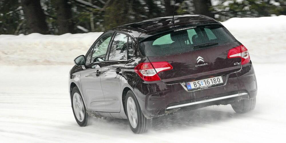 SER BRED UT: Både forfra og bakfra virker C4 bredere enn den faktisk er. Det regnes som vellykket bildesign anno 2011.