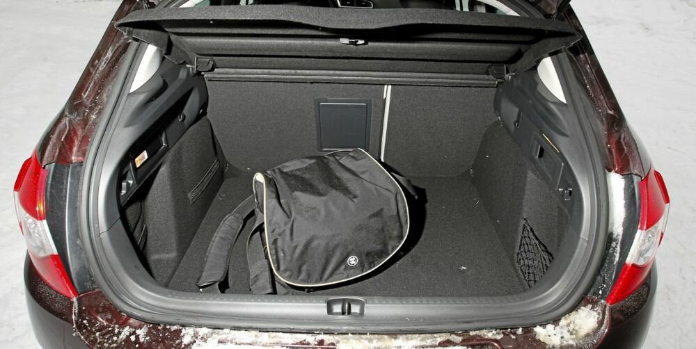 FERIEFORMAT: Med 408 liter er bagasjerommet blant de største du finner i denne bilklassen. I seteryggen har C4 en praktisk skiluke.