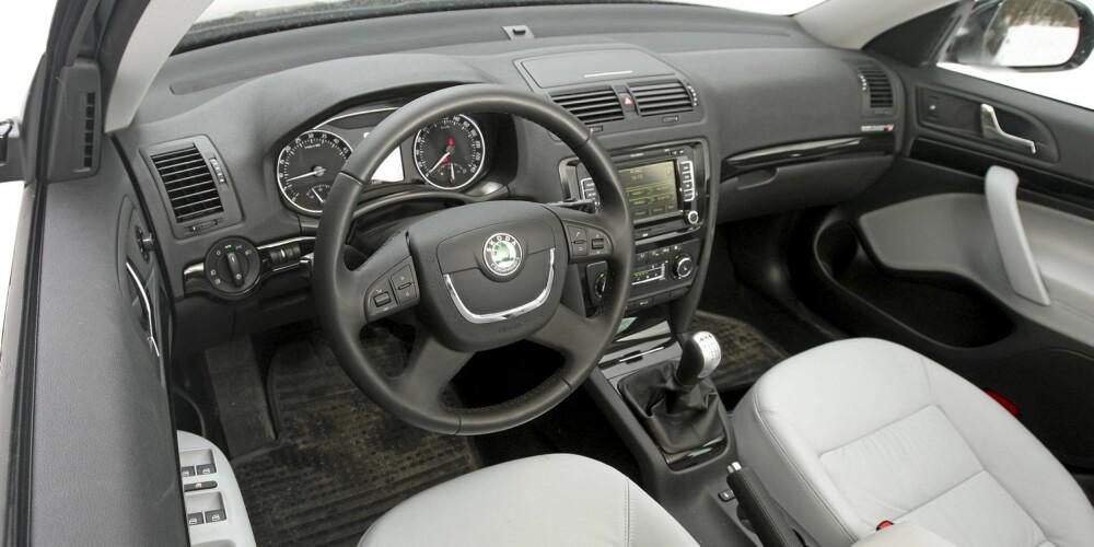 TOPPMODELL: Testbilen er toppmodell og meget godt utstyrt. Stolene er faste og gir god støtte, og ergonomien for fører er god.