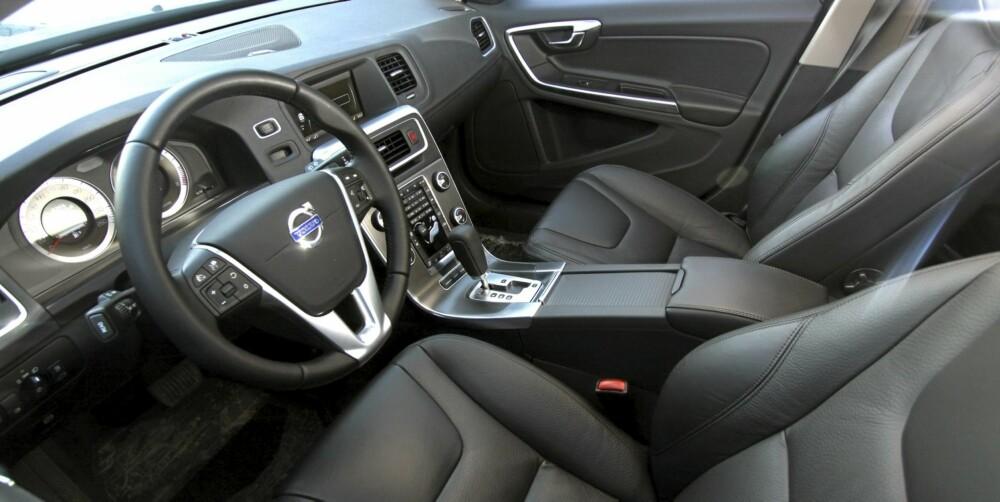 ALT UTSTYR: Testbilen var toppmodell (Summum) og hadde ekstrautstyr for 175.000 kroner. Gode seter og god ergonomi er typisk Volvo.