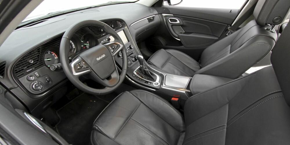 TYPISK SAAB: Interiøret er typisk Saab inspirert av flyteknologien. Setene er gode og ergonomien like så.