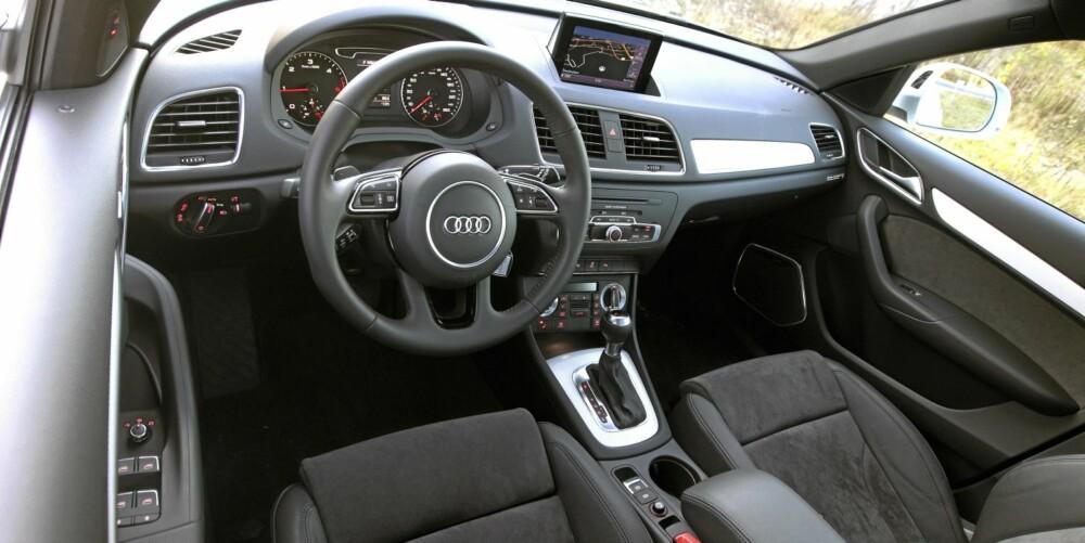 KJØRE: Ved første blikk har Q3 full pakke Audi-soliditet i interiøret. Ser man nærmere etter, er de lavere partiene i ganske så hard plast. Betjeningen er forbilledlig. En kort lengdejustering av rattet er årsaken til at de mest langbeinte testerne synes armene blir for strake. Sittestillingen er høy og rank, takhøyden lav.