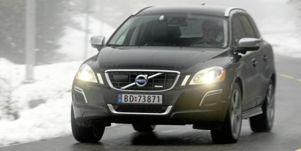 SLOTTET: Høy, bred og særegen, men likevel allsidig: I en ren XC60 kan du kjøre helt opp på slottsplassen om kongen inviterer til middag. Minst like godt passer den med en pen skiboks på taket i bunnen av en alpinbakke. Overraskelsen: Volvo XC60 er størst og veier mest i dette feltet, men slett ikke bilen som er tyngst å hanskes med når kjøringen blir krevende.