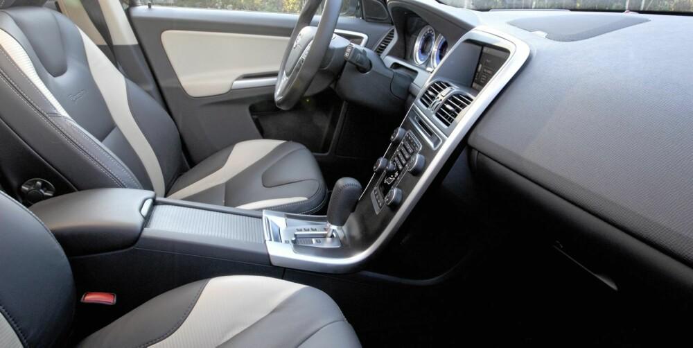 SITTER BRA: Vi bruker litt mer tid på å bli kjent med knappene i Volvo enn i de andre bilene. Sete og sittestilling for sjåføren er i ypperste klasse.