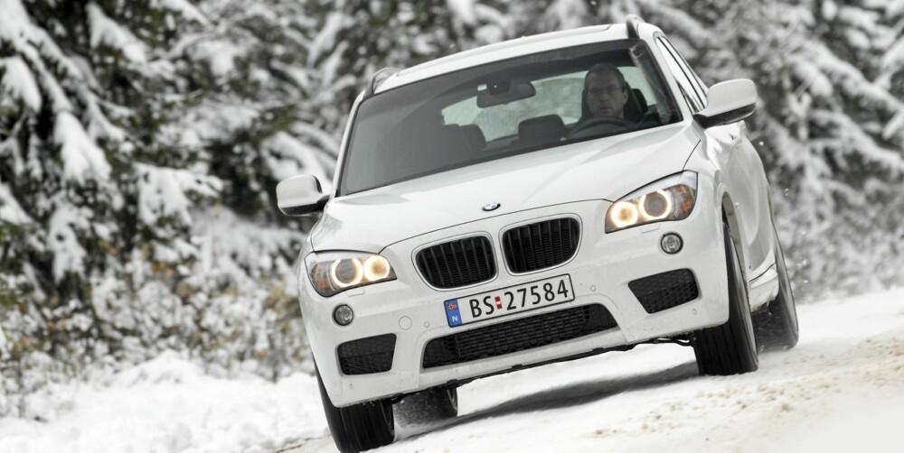 BIMMER: Du verden, så godt BMW X1 kjører. En ting er at den cruiser i hastigheter der de andre SUV-ene begynner å slite. Vel så viktig er egenskapene og håndterbarheten når vi simulerer kritiske situasjoner ¿ toppklasse. Vårt X1-råd: Ikke kjøp den med run flat-dekk. Fjæringskomforten lider for mye på våre veier, og støyer mer gjør de også.