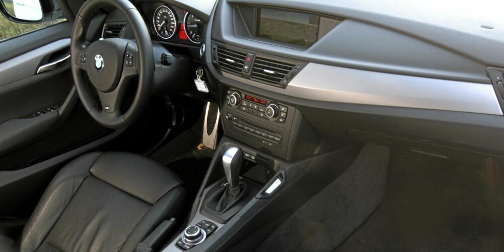 FUNKSJONELT: Førsteinntrykket er at dashbordet ser litt enkelt ut. Når du kjører den, er det et annet inntrykk som fester seg: Alt stemmer. I BMW X1 kan du sitte lavere enn i konkurrentene om du liker det best, men setet kan også løftes høyt.