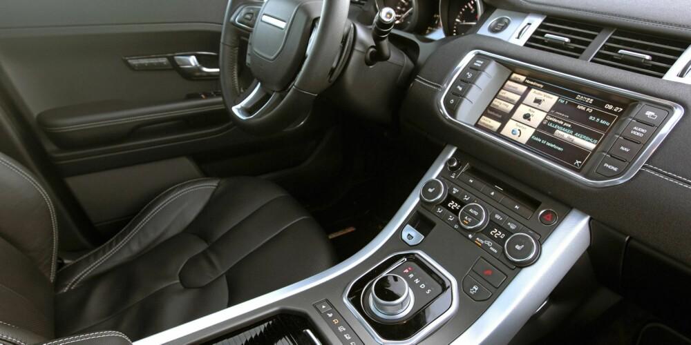 TEKNO: Innvendig følger Evoque opp Range Rover-stilen, med luksus i en litt røffere innpakning enn i de andre. Berøringsskjermen virker litt gammel i menysystematikk og grafikk.