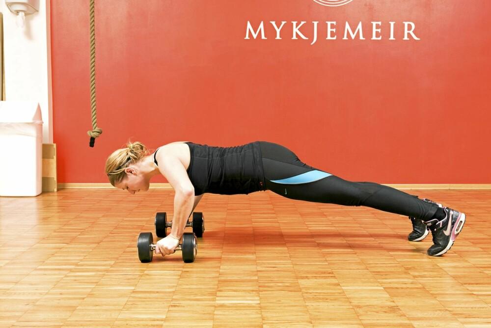 YNGVAR SPESIAL 1: Start med en armheving, senk deg så langt ned du kan.