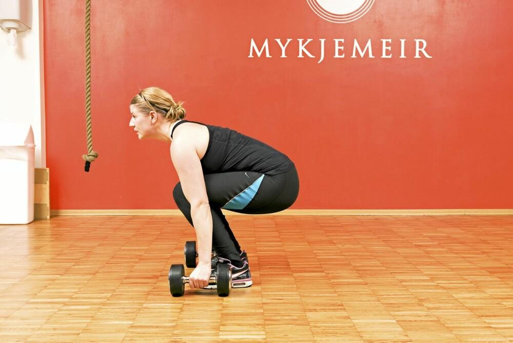 YNGVAR SPESIAL 2: Hopp deretter fram mellom to manualer, sørg for at hælene er i bakken og at du er i god posisjon til å reise deg opp. Stram magen og se fremover.