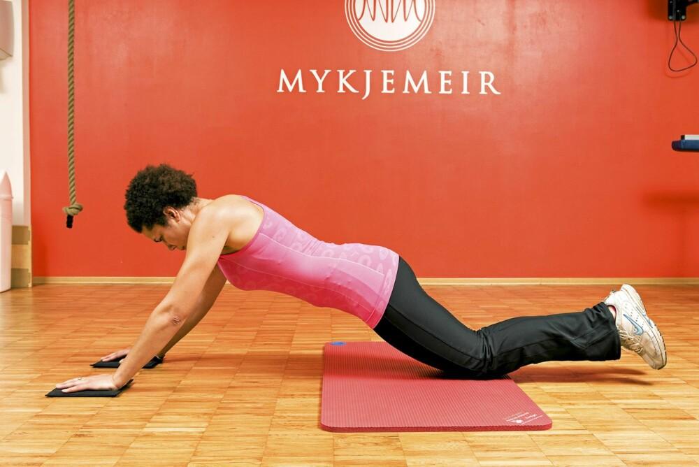 SKIDRAM MED MATTER 2: Skli så langt fram du klarer og mobiliser alle krefter til et kraftig tak bakover igjen mens du strammer magen alt du klarer. Unngå svai rygg. Gjenta.