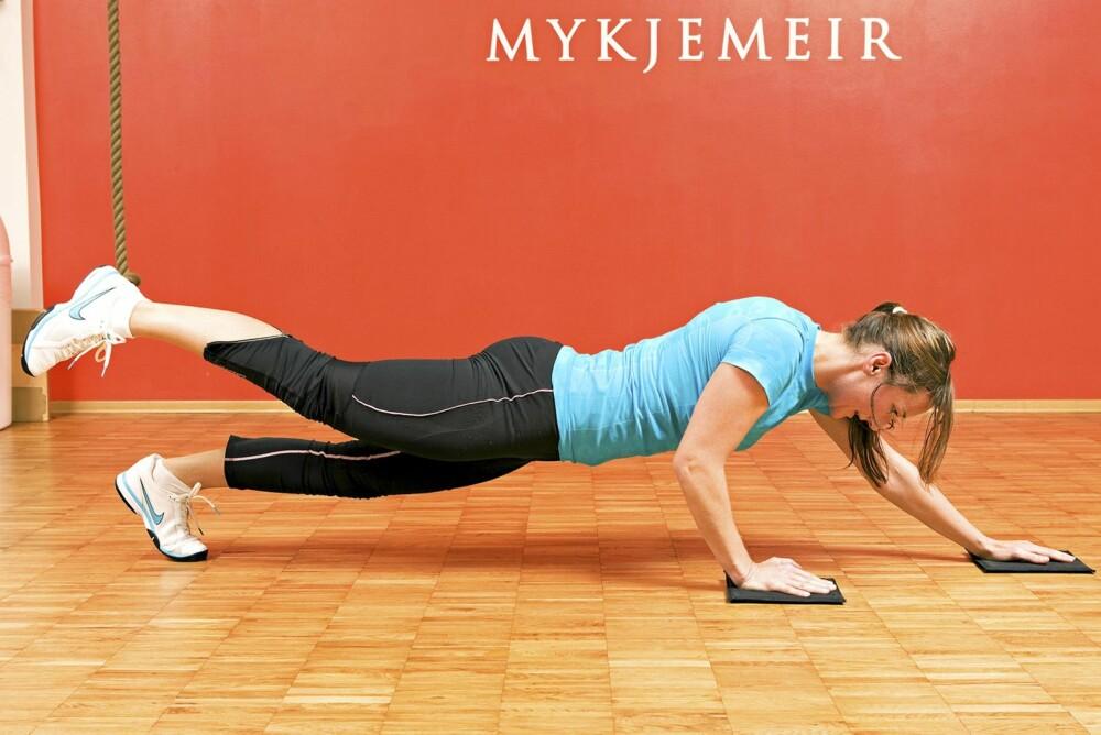DIAGONALE DRAG: Løft den ene foten og skli fremover på motsatt arm. Ikke gå langt fram i starten. Kjenn på grensene dine og gå lenger fram etter hvert. Den armen som ikke sklir framover, gjør en tilnærmet smal armheving. Bytt for hver gang. Her skal du ta 12 repetisjoner på hver side.