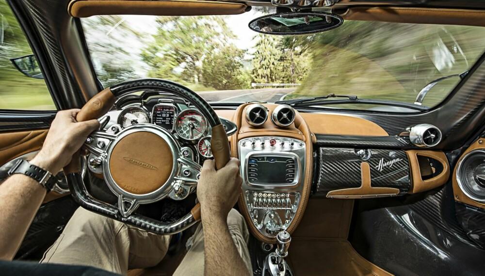 HUAYRA: Pagani Huayra har interiør som kunne hengt i et kunstgalleri. Det får førermiljøet i Mini til å virke minimalistisk. FOTO: James Lipman