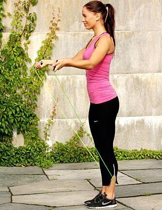 GRUNNHOPP: Hopp rett opp og ned, skift vektbalanse fra fot til fot.