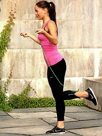 LØP PÅ STEDET: Sving tauet mens du småjogger uten å bevege deg fremover.