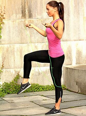 HØYE KNELØFT: Løft beinet opp til knehøyde, annethvert bein for hver gang du svinger tauet.