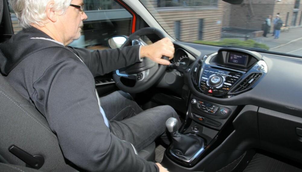 SMART: Det kan faktisk ha noe for seg å trekke litt i håndbrekket mens du kjører. Det kan forebygge rust på bremseskivene bak - og spare deg for noen tusen kroner. FOTO: Petter Handeland