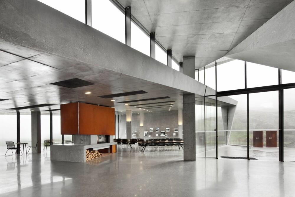 Anlegget inkluderer kafé og gaveforretninger, parkering, toaletter, turstier og utsiktspunkter.