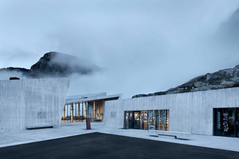 TROLSK: Bygget forsterker naturopplevelsene på en god måte med rene, skarpskårne betongvolumer som spiller opp mot de mektige, omkringliggende fjellformasjonene.