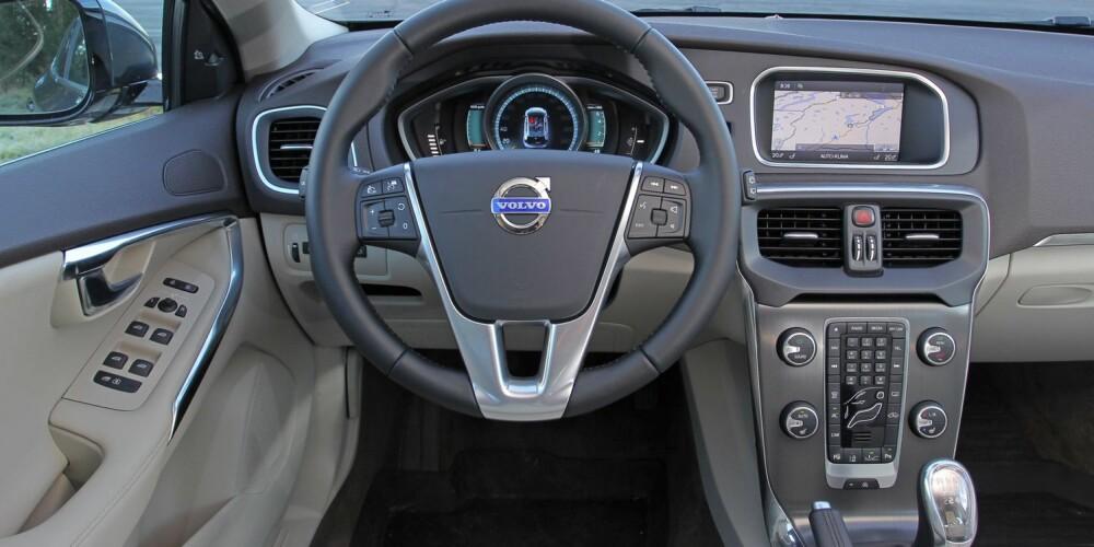 PREMIUM: Forskjellen på bilene blir særlig tydelig når det kommer til førermiljøet. Betjeningen og interiørdesignen i V40 er elegant og funksjonell.