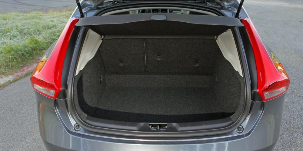 MINDRE: Bagasjeplassen i Volvo V40 er på 335 liter ¿ 1032 liter med seteryggen nedfelt.