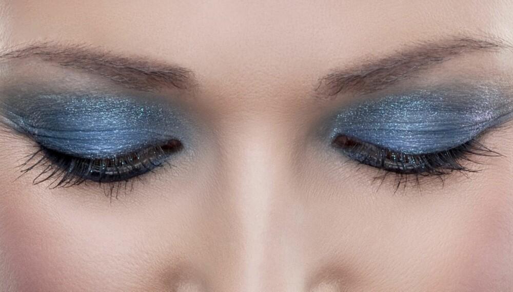 GLITTER: Skimrende øyne, gjerne i kalde toner, er den aller sterkeste festtrenden i år, mener makeupartistene vi har snakket med.