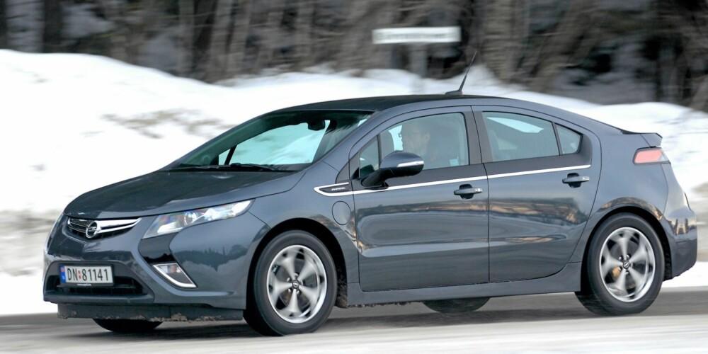 LUFTMOTSTAND: Både hovedformene og detaljene forteller at General Motors har jobbet med aerodynamikken. Opel Ampera har ytre mål som en litt strukket kompaktbil. FOTO: Egil Nordlien, HM Foto