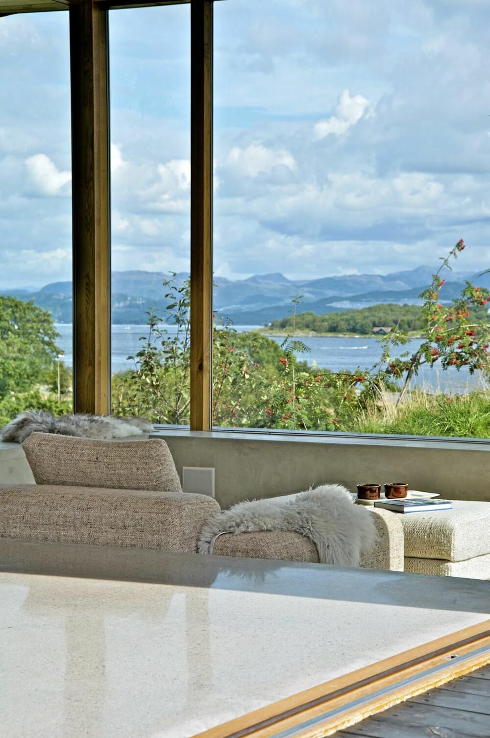 PANORAMA FRA STUEKROKEN: Med ekstra høye vinduer får eierne full utsikt over sjøen.