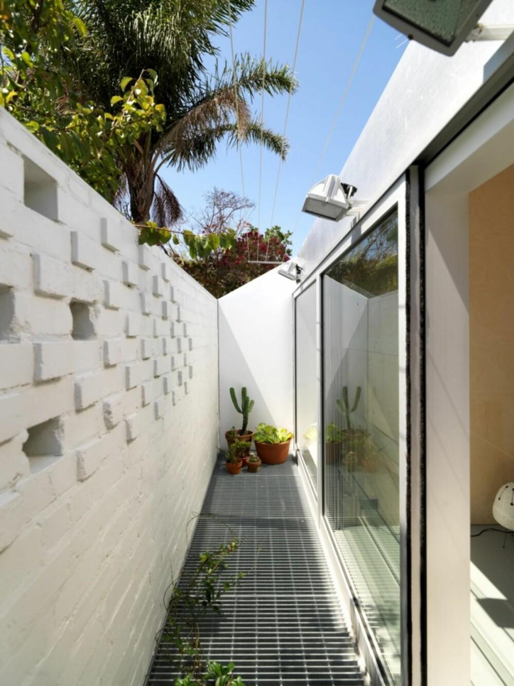 SOLFYLT: En smal liten bakhage sørger for at sollys og varme slipper inn i boligen.