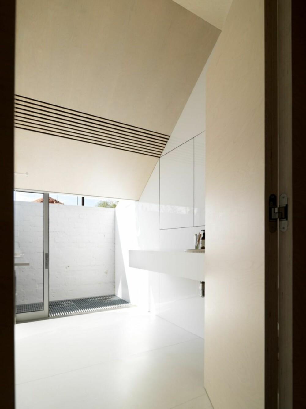 STRAM DESIGN: Badet er holdt svært enkelt i dekor, og virker større enn det er.