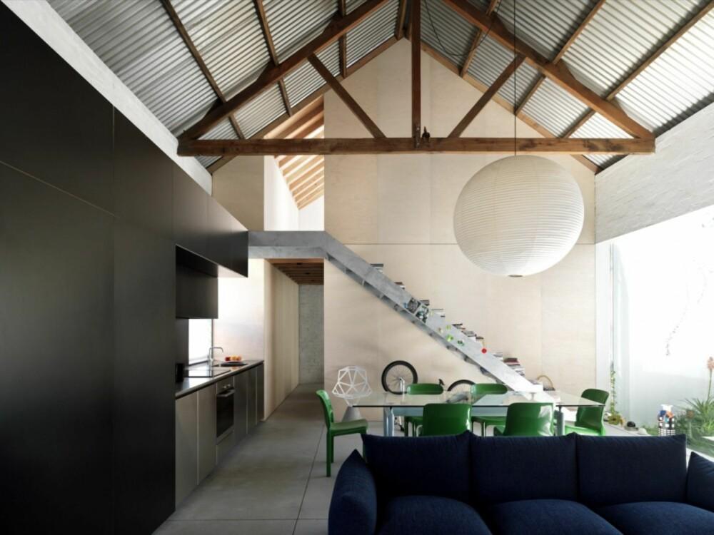 DOBBEL TAKHØYDE: I oppholdsrommet har man utnyttet byggets fulle takhøyde på 6 meter.