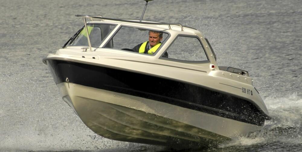 MER BESKYTTET: En hardtop-båt beskytter mer mot vær og vind enn daycruiserne og skjærgårdsjeepene.