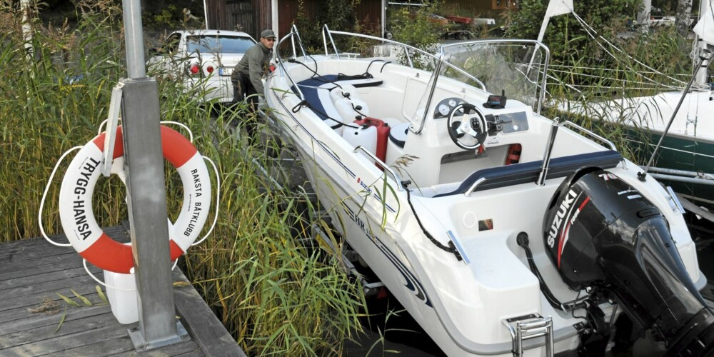 ØVELSE: Hvis du velger å ha båten på henger trengs det litt øvelse. Etter noen forsøk går det fort å få båten av og på hengeren.