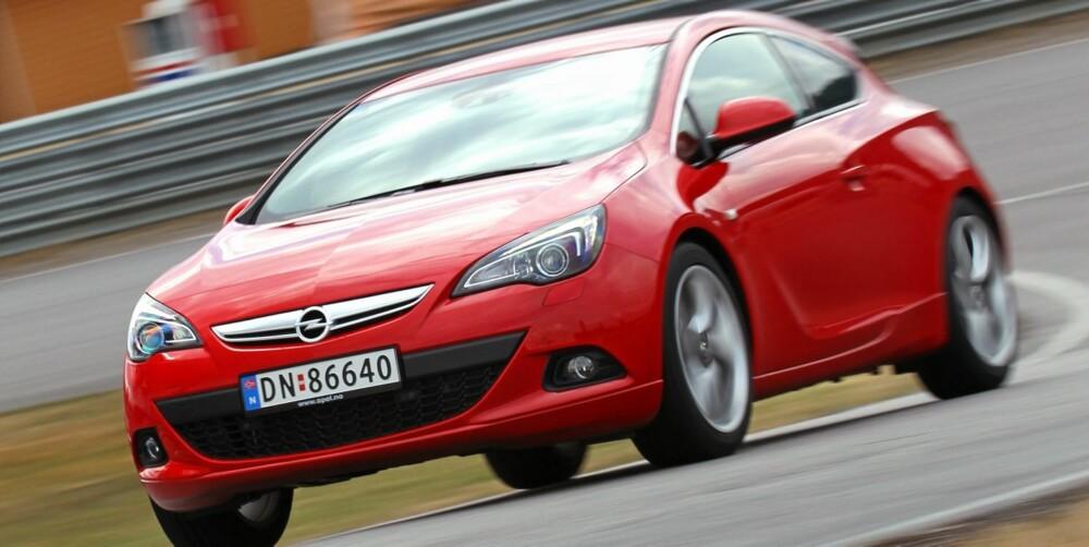 CRUISEREN: På langtur er Opel Astra GTC et fint sted å være. Foto: Petter Handeland