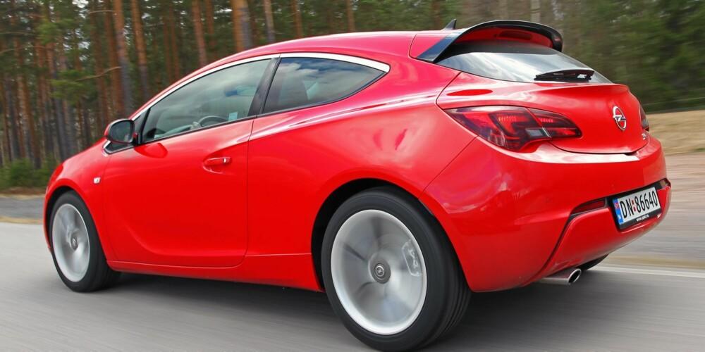 STIL: Opel Astra GTC har stilen, men er litt for slapp og tung. Foto: Petter Handeland