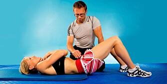 RUMPA OPP: Stram de nedre magemusklene slik at bekkenet dreies bakover og rumpa løftes.