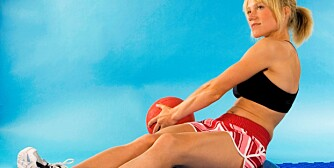 TUNG PENDEL: Løft en medisinball fra side til side med strake armer.