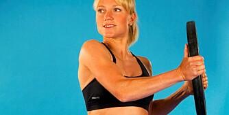 LÅS HOFTENE: Hold en vekt eller medisinball godt ut fra kroppen og drei overkroppen sideveis.
