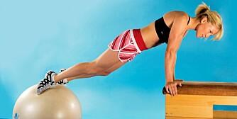 TYNGRE: Plasser ballen lenger ned i utgangsposisjonen og hold knærne strake gjennom hele øvelsen.