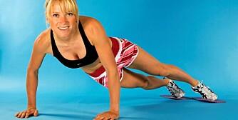 AVANSERT PLANKE: Flytt føttene fra side til side så langt du klarer uten å bøye overkroppen.